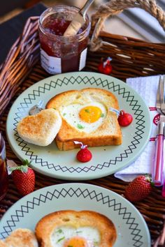 Sometimes, certain simple easy ideas can make someone's day very special! That's what these heart-shaped sunny side up eggs and toast doing here! Making 14 Feb, Valentine's Day breakfast, special a. side up Eggs Breakfast Toast, Best Breakfast, Breakfast Recipes, Pina Colada, Petits Bars, Sunnyside Up Eggs, Romantic Breakfast, Valentines Day Food, Valentines Breakfast