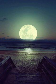 Wauw, super maan bij de zee!