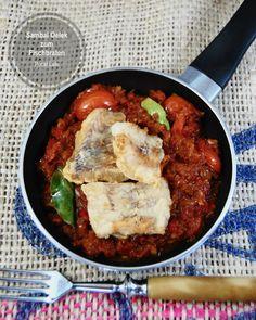Es duftet sehr frisch, schmeckt herzhaft und scharf. Fischbraten mit Sambal oelek ist ein sehr beliebiges Streetfood in Indonesien. Es heißt Pecel Lele, nämlich ein Katzenfisch mit Sambal-Dips und Salat Blätter. Es wird mit Reis gegessen. Chili, Fish Fry, Indonesia, Asian Recipes, Rice, Chile, Chilis