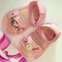 Baby Versace sandals - Gucci Baby Clothes - Ideas of Gucci Baby Clothes - Baby Versace sandals Baby Girl Sandals, Baby Girl Shoes, Kid Shoes, Girls Shoes, Gucci Baby Clothes, Luxury Baby Clothes, Babies Clothes, Little Girl Fashion, Toddler Fashion