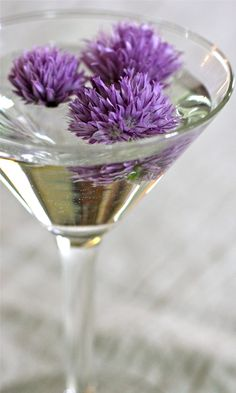 Chive Martini If you like your martinis on the savory side, you have got to try this variation. Substitute those boring little onions with chive blossoms. You'll get a wallop of oniony flavor, and some gorgeous color in your martini. Spring Cocktails, Summer Drinks, Fun Drinks, Alcoholic Drinks, Beverages, Chive Blossom, Cocktail Garnish, Martini Recipes, Cocktail Recipes