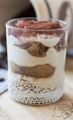 Tiramisu mit Kakao und Amaretto. Rezept ohne Ei. Italienisches Dessert. Leichte Zubereitung. Mit Magerquark. Leicht und locker. Dessert im Glas. Kuchen im Glas.