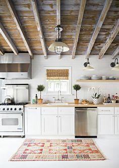 1-jolie-cuisine-avec-poutre-en-bois-poutre-chene-tapis-coloré-pour-la-cuisine-moderne.jpg 700×985 pixels