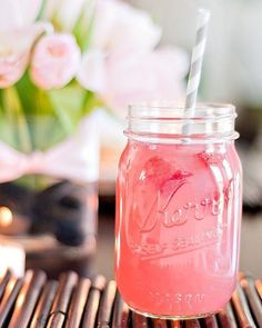 Bublinková limonáda s ružovými tónmi 🌸 To je krásna letná vôňa s názvom Pink Lemonade ♥️ Dostupná vo forme praskajúcich sviečok a vonných fazuliek 😊  #kouzlokoupele #prirodnakozmetika #handmade #crueltyfree #veganfriendly #vonnevosky #sojovesvicky #sviecky #kuzlokupela