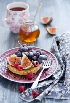 Tart with figs, grape and raspberry by The Little Squirrel on flickr