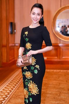 Red Events, Fabric Paint Designs, Blouse Dress, Ao Dai, Fabric Painting, Blouse Designs, Designer Dresses, Dress Outfits, Dressing