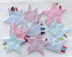 Made of wonderfully soft cotton fabric (back Terry cloth) with different Tapes to touch, feel, and perform. It promotes motor skills and prepares the Small. Sewing For Kids, Baby Sewing, Diy For Kids, Baby Presents, Baby Gifts, Diy Accessoires, Baby Co, Diy Baby, Baby Kind