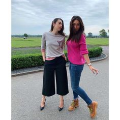 Kareena Kapoor Khan and Karisma Kapoor are having quite a fun time in England and we can feel it in the pictures. Bollywood Saree, Bollywood Fashion, Bollywood Actress, Casual Fall Outfits, Trendy Outfits, Fashion Outfits, 2000s Fashion, Western Outfits, Western Wear