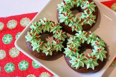 12 Days of Christmas Day 6 {GF Christmas Wreath Donuts} Christmas Desserts, Christmas Treats, Christmas Baking, Christmas Cakes, Christmas Fun, Chocolate Sin Gluten, Chocolate Donuts, Beignets, Christmas Donuts