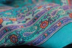 Vente de foulard en soie de grande taille pour homme et femme. Sélection de beaux foulard indien en soie 100 % pure à petit prix issu de l'artisanat indien.