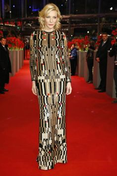 """Cate Blanchett besitzt stets eine gewisse Exzentrik beim Auswählen ihrer Red Carpet Looks. Bei der Premiere von """"Cinderella"""" auf der Berlinale bewies sie mit dieser bodenlangen und körperbetonten Givenchy-Robe wieder ein sicheres Händchen: Die pixelige Optik der Pailletten erinnert farblich an Schlangenhaut. Wegschauen nicht möglich."""