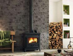 Una stufa addossata ad una parete rivestita in pietra... Rigore e calore... Un contrasto niente male!
