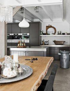 Grijze keuken met bijzondere eettafel.