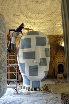 Ceramic artist Jun Kaneko glazes a head for a New York City Parks Public Art Program exhibition of his sculptures. Photo by Takashi Hatakeyama Hand-built kiln Sculptures Céramiques, Sculpture Art, Ceramic Sculptures, Abstract Sculpture, Ceramic Clay, Ceramic Pottery, Artist Art, Artist At Work, Contemporary Ceramics