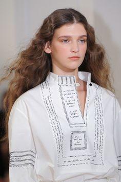 Lemaire at Paris Fashion Week Spring 2016 - Details Runway Photos Cafe Mode, Kurta Neck Design, Fashion Week, Paris Fashion, Spring 2016, Runway, Tunic Tops, V Neck, White Cotton