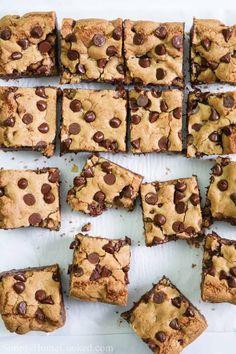 Quick Chocolate Chip Cookies Bars Quick Chocolate Chip Cookies, Melting Chocolate Chips, Oatmeal Chocolate Chip Cookies, Dessert Bars, Dessert Recipes, Bar Recipes, Dessert Ideas, Brownie Recipes, Yummy Recipes