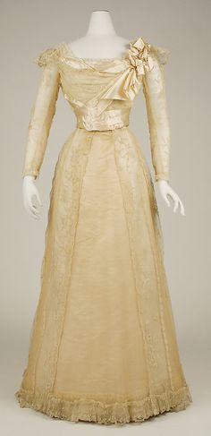 Evening dress Jeanne Hallée Date: Culture: French Medium: silk, horsehair, bone, metallic Accession Number: b The Metropolitan Museum of Art Vintage Outfits, Vintage Gowns, Vintage Mode, 1890s Fashion, Edwardian Fashion, Vintage Fashion, Antique Clothing, Historical Clothing, 19th Century Fashion