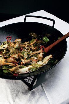 Пекинская капуста с мятой и зеленым горошком. Потребуется: Капуста пекинская, Уксус рисовый, Соус соевый, Мята свежая, Масло кунжутное, Зеленый горошек, Перец чили