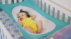 """Ein Student hat mit """"Crescent Womb"""" ein Babybett erfunden, das Babys besser schlafen lässt und vorm Plötzlichen Kindstod schützen soll. Eltern weltweit sind begeistert."""