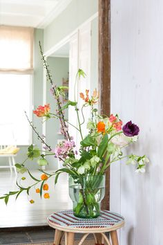 Today, more than ever the mid-century style is a strong presence in the world. Home Flowers, Happy Flowers, Bunch Of Flowers, Beautiful Flowers, Arrangements Ikebana, Flower Arrangements Simple, Flower Vases, Bouquet Champetre, Memorial Flowers