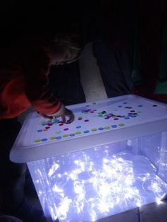 boite de rangement+papier allu+guirlande+jetons de loto transparents=table…