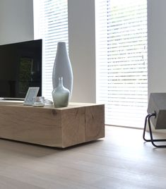 Restyling livingroom. With a robust solid oak beams TV cabinet/stand. White blinds. Concrete Up lamp from Zuiver. Restyling woonkamer. Stoer TV meubel van massief eiken balken. Witte jaloezieën. Lamp van Zuiver, Concrete Up.