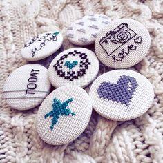 Botones en punto cruz Diy Embroidery, Cross Stitch Embroidery, Embroidery Designs, Modern Cross Stitch Patterns, Cross Stitch Designs, Tiny Cross Stitch, Blackwork, Knitting, Crochet