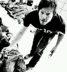 Norman-Reedus-norman-reedus-32810616-420-450.jpg (420×450)   Takin' pics of dead walkers .......