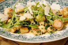 Dit is een fantastisch voorgerecht of lichte lunch. Gebruik oude aardappelen om gnocchi te maken. Hoe ouder ze zijn, hoe beter omdat je dan minder bloem moet toevoegen.