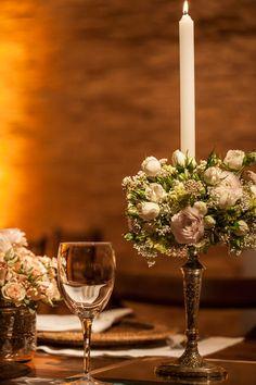 Aproveitando que hoje se comemora o Valentine's Day lá fora, decidimos postar uma decoração bem romântica em creme, branco e toques rosa antigo. Os noivos