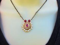 Indian Jewelry Earrings, Jewelry Design Earrings, Gold Jewellery Design, Bead Jewellery, Necklace Designs, Beaded Jewelry, Gold Earrings, Gold Jewelry, Handmade Jewelry