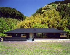 大らかで凛とした佇まいがひと際目を引く住宅を紹介します。のんびりとした雰囲気を持つ恵まれた立地に計画されたこの平屋建ての… Natural Architecture, Japanese Architecture, Concept Architecture, Contemporary Architecture, Architecture Design, One Storey House, Small Courtyards, Cafe House, House Landscape