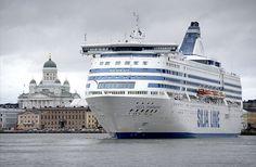 Silja Linen matkustajalaiva eteläsatamassa Helsingissä. Kauppatori, kaupungintalo ja Tuomiokirkko näkyvät laivan vasemmalla puolella.