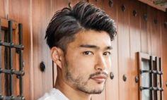 もはやメンズヘアの定番スタイルとなったツーブロックですが、アシメ(左右非対称)にカットしたりスタイリングすることでひと味違う表情が出ます。定番のツーブロックスタイルだからこそ、周囲に差をつけたいですよね!今回はCOOLで程よくアレンジの効いたアシンメトリーなツーブロックヘアを厳選してお届けします! サマーショート 男の魅力溢れる2015年最旬のバーバーヘアスタイル。絶壁などをレイヤーでカバーするカットが成功のポイントです。ブロー後、水溶性ポマード(グリース)かジェルをつけてアップバングでサイドパート気味に手ぐしでラフにかき上げるだけでキマります! Tornado ビジネス七三スタイル 直毛のあなたにこそチャレンジして欲しいシャープなメンズショートスタイル。エッジーな毛先が自然に流れるようにブローでのベース作りとセニングで軽め仕上げることが重要です。 アンク・クロス 吉祥寺店 ツーブロックワイルドショート…