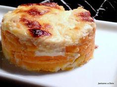 Batata Doce Gratinada.  Uma batata doce cortada em rodelas, cozida no leite, montada em camadas alternadas com molho branco e gratinada com queijo parmesão. Uma Delícia!