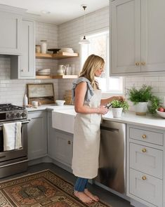 32 Wonderful Kitchen Design Ideas For Apartment. If you are looking for Kitchen Design Ideas For Apartment, You come to the right place. Below are the Kitchen Design Ideas For Apartment. This post ab. Kitchen Remodel Small, Kitchen Design, Farmhouse Kitchen, Kitchen Flooring, Kitchen Decor, Small Kitchen, New Kitchen, Kitchen And Bath, Kitchen Cabinets