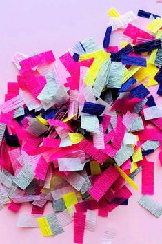 Lots of crafts for confetti lovers! Diy And Crafts, Paper Crafts, Wallpaper Backgrounds, Wallpapers, Craft Tutorials, Cool Things To Make, Confetti, Gift Wrapping, Valentines