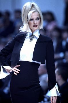 """Called """"The Blonde With Class"""" by Vogue editors Karen Mulder is my favourite model of all times. Karen is Dutch and was born in Her career was soaring during the in th… Fashion Week, 90s Fashion, Runway Fashion, Fashion Models, High Fashion, Fashion Show, Womens Fashion, Top Models, 1990 Style"""