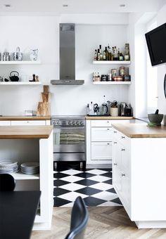 half and half kitchen floor Rækkehus indrettet med nyt design og genbrug   Bobedre.dk
