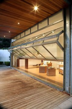 Las puertas estilo garaje acristaladas sustituyen a las ventanas, una tendencia industrial y luminosa.