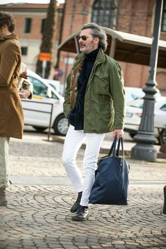 The latest men's street style photographs and trends for Our photographers snap the best-dressed real men from across the globe. Old Man Fashion, Fashion Books, Military Fashion, Mens Fashion, Style Fashion, Gentleman Mode, Gentleman Style, Stylish Men, Men Casual