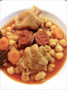 Chickpea stew with trotters Peruvian Recipes, Meat Recipes, Mexican Food Recipes, Italian Recipes, Cooking Recipes, Ethnic Recipes, Chilean Recipes, Spanish Cuisine, Spanish Dishes