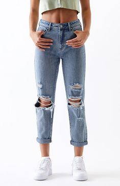 "Online Only! Let your inner rebel run free in the cute and comfy Medium Mom Jeans by PacSun. These edgy mom jeans come in a light blue wash and feature a high-rise fit with destruction details. FIT + SIZING Mom jeans High-rise 11'' rise 26.5"" inseam Relaxed fit with a tapered leg FABRICATION + CARE Medium indigo wash Rigid fabric Button closure, zip fly Destruction details 100% cotton Machine washable MEASUREMENTS Model is wearing a size 25 Model's measurements: 5'8"" height, 24"" waist, 35""… Cute Casual Outfits, Summer Outfits, High School Outfits, Blue Mom Jeans, Mom Jeans Outfit, Look Fashion, Fashion Outfits, Teen Fashion, Cute Jeans"