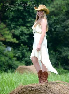 Senior picture idea with country girl theme...