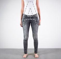 Hat man einen zierlichen und schmalen Oberkörper, und die Hüften und Oberschenkel sind etwas üppiger ausgefallen (A-Figur), dann sollte man darauf achten, die Proportionen ins Gleichgewicht zubringen. Das funktioniert mit einer Mid- oder Low-Rise-Jeans aus Stretchmaterial. Grund dafür: Stretch betont zwar die weiblichen Kurven, aber die niedrige Bundhöhe verkleinert Deinen Po, A-Figur (c) C&A