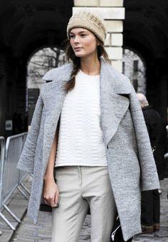 Den Look kaufen:  https://lookastic.de/damenmode/wie-kombinieren/mantel-grauer-t-shirt-mit-rundhalsausschnitt-weisses-enge-hose-graue-muetze-hellbeige/1216  — Grauer Mantel  — Weißes gestepptes T-Shirt mit Rundhalsausschnitt  — Graue Enge Hose  — Hellbeige Mütze