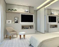 Painel de TV em quarto de Casal com poltrona para descanso.