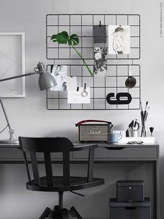 Grå arbetslampan ARÖD ger bra riktat ljus vid skrivbordet. FEODOR arbetsstol. BARSÖ spalje.
