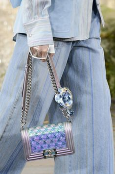 Chanel at Paris Fashion Week Spring 2018 - Details Runway Photos Chanel Handbags, Fashion Handbags, Fashion Bags, Fashion Events, Beautiful Handbags, Beautiful Bags, Chanel Fashion, Paris Fashion, Jackson