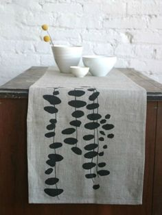 17 Ideas Diy Table Runner Fabric Inspiration For 2019 Fabric Painting, Fabric Art, Stencil On Fabric, Textile Prints, Textile Art, Fabric Stamping, Table Runner Pattern, Ideias Diy, Tampons